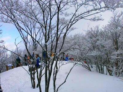 三峰山の山頂かな。人がたくさんいた
