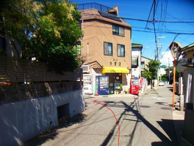 阪急岡本駅より歩いていってこの場所で左に曲がる