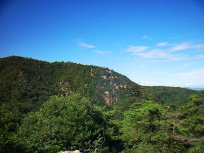 荒地山方面。岩がむき出しになっている山容